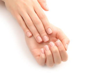 Velplejet hænder og negle i vinterkulden